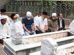 berita-surabaya-pilwali-surabaya-diisi-calon-wali-kota-eri-cahyadi-ziarah-di-makam-sunan-ampel.jpg