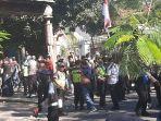 berita-surabaya-polisi-jebol-gerbang-dan-bawa-mahasiswa-papua-surabaya.jpg