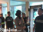 berita-surabaya-polisi-melakukan-pantauan-keamanan-di-mall-surabaya.jpg