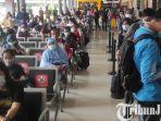 berita-surabaya-ratusan-penumpang-ka-di-stasiun-gubeng-surabaya-memadati-posko.jpg