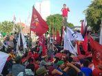 berita-surabaya-suasana-unjuk-rasa-di-depan-gedung-grahadi-jalan-gubernur-suryo-surabaya.jpg