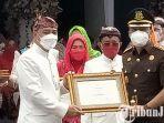 berita-surabaya-tim-intel-kejari-tanjung-perak-menerima-penghargaan-dari-wali-kota-surabaya.jpg