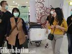 berita-surabaya-uci-flowdea-baju-kuning-bersama-para-krunya-di-bandara-international-juanda.jpg
