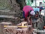 berita-tulungagung-para-pekerja-memasang-kembali-batu-bata-candi-mirigambar.jpg