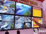 berita-tulungagung-polisi-menunjukkan-kondisi-lalu-lintas-lewat-layat-monitor-cctv.jpg