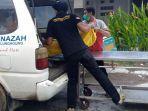 berita-tulungagung-proses-evakuasi-jenazah-abk-dari-km-alam-samudra-18.jpg