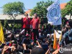 bertajuk-surabaya-menggugat-aksi-ribuan-mahasiswa-di-depan-kantor-dprd-jatim.jpg