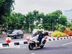 biker-sedang-berkendara-di-jalanan-sepi-surabaya.jpg