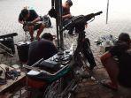 bold-riders-surabaya-perbaiki-motor-milik-warga.jpg