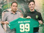 bruno-moreira-saat-tandatangan-kontrak-bersama-persebaya.jpg