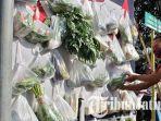 bungkusan-tas-kresek-berisi-sayuran-dan-lauk.jpg