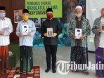 bupati-banyuwangi-abdullah-azwar-anas-membagikan-paket-buku-tentang-presiden-soekarno.jpg
