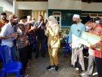 bupati-banyuwangi-ipuk-fiestiandani-menandatangani-surat-permohonan-keinginan-warga-dusun-pancer.jpg