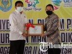 bupati-nganjuk-novi-rahman-hidhayat-menerima-penghargaan-juara-kedua-lomba-desa-pangan-aman-2020.jpg
