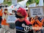 buruh-dari-berbagai-daerah-di-jawa-timur-menggelar-aksi-demonstrasi-di-depan-kantor-gubernur-jatim.jpg