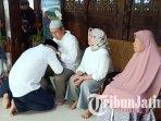 calon-bupati-ngawi-ony-anwar-meminta-doa-restu-kepada-kedua-orangtuanya-sebelum-mencoblos.jpg