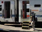 calon-penumpang-hendak-masuk-di-ka-dhoho-yang-akan-berangkat-dari-stasiun-blitar.jpg
