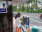 calon-penumpang-saat-berada-di-halte-suroboyo-bus-ilustrasi-halte-suroboyo-bus.jpg