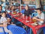 calon-wakil-wali-kota-surabaya-mujiaman-menikmati-kuliner-bersama-keluarga-di-kenjeran-surabaya.jpg