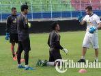 cari-tambahan-kiper-baru-pelatih-kiper-arema-fc-tunggu-pelatih-kepala-datang-ke-indonesia.jpg