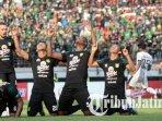 damian-lizio-osvaldo-haay-amido-balde-dan-irfan-jaya-merayakan-gol-persebaya-surabaya.jpg