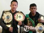 daud-yordan-dan-ongen-saknosiwi-saat-menunjukan-sabuk-juara-tinju-mahkota-boxing-series.jpg
