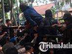 demo-mahasiswa-di-malang-ricuh-karena-polisi-tak-bolehkan-perwakilan-masuk.jpg