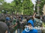 demo-mahasiswa-menolak-uu-omnibus-law-cipta-kerja-di-kediri-berlangsung-panas.jpg
