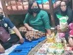 dinas-sosial-surabaya-memberikan-bantuan-kepada-nenek-sumirah-yang-hidup-sebatang-kara.jpg