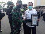 direktur-rsud-dr-iskak-tulungagung-dr-supriyanto-dharmoredjo-menerima-penghargaan-dari-kapolres.jpg