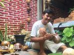 djauhari-riyanto-asal-lumajang-saat-menggarap-batok-kelapa-menjadi-produk-produk-kerajinan-tangan.jpg