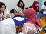 dokter-berbincang-dengan-orangtua-abk-di-pos-itimewa-kelurahan-mulyorejo-surabaya.jpg