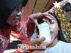 dokter-kecantikan-navagreen-memeriksa-kulit-peserta-talk-show-yang-digelar-qupas-indonesia.jpg