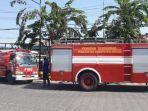 dua-mobil-pmk-kabupaten-gresik-yang-tidak-boleh-masuk-oleh-petugas-keamanan-karena-api-sudah-padam.jpg