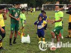 dua-pemain-persebaya-surabaya-koko-ari-dan-oktafianus-gelar-coaching-clinic-bersama-ssb-lion-star.jpg