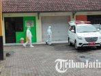 dua-petugas-kesehatan-usai-mengantarkan-warga-yang-isoman-di-isoter-jalan-kawi-kota-malang.jpg