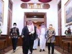 duta-besar-arab-saudi-untuk-indonesia-essam-a-abid-althagafi-bertandang-ke-gedung-negara-grahadi.jpg
