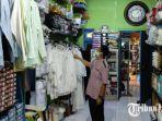 dwi-prasetyono-mengecek-barang-dagangan-di-toko-perlengkapan-haji-dan-umroh.jpg