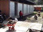 eks-pedagang-jl-mastrip-membersihkan-bekas-kios-pedagang-burung-di-pasar-hewan-dimoro.jpg