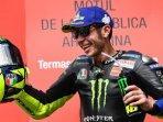 ekspresi-valentino-rossi-saat-merayakan-posisi-podiumnya-pada-motogp-argentina-2019.jpg