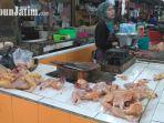 erni-pedagang-daging-ayam-potong-di-pasar-wonokromo-surabaya_20180508_101225.jpg
