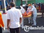 evakuasi-jenazah-pria-yang-meninggal-di-pos-keamanan-pasar-wage-kota-blitar.jpg