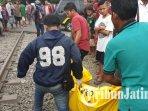 evakuasi-korban-kecelakaan-di-perlintasan-kereta-api-tanpa-palang-pintu-pagesangan-surabaya_20181021_210127.jpg