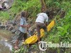 evakuasi-mayat-tanpa-identitas-yang-ditemukan-di-sungai-laharan-desa-sumberejo-lumajang.jpg