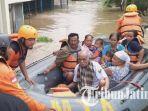 evakuasi-warga-yang-bertahan-di-rumah.jpg