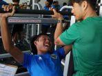 evan-dimas-menjalani-latihan-di-gym-bersama-pelatih-fisik-timnas-indonesia-lee-jae-hong.jpg
