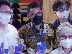 founder-and-ceo-tac-indonesia-william-gosal-menunjukan-smarttac-kepada-sandiaga-uno.jpg