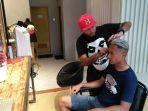 gelandang-arema-fc-dendi-santoso-dan-hermansyah-owner-captain-barbershop.jpg