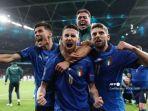 gelandang-italia-jorginho-tengah-merayakan-dengan-rekan-setimnya-setelah-mencetak-gol.jpg