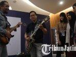 ginda-bestari-dan-andy-owen-menujukkan-keahliannya-bermain-gitar-di-guitar-class-di-hotel-sheraton.jpg